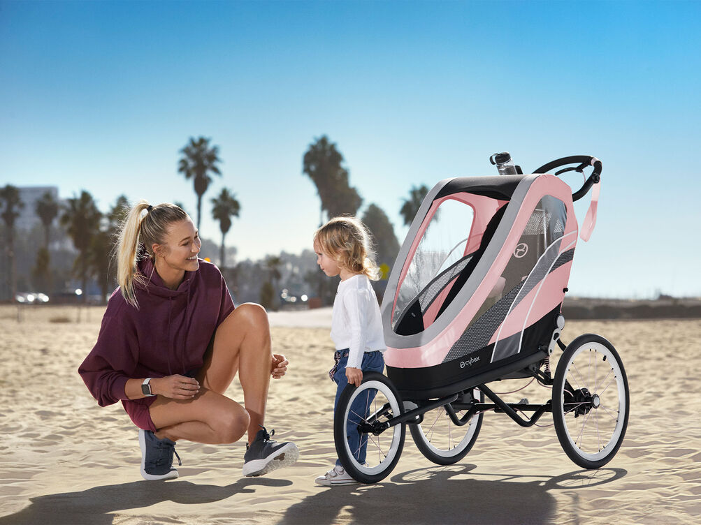 Cybex Gold Sport Zeno Kinderwagen Karussel Kampagne Bild
